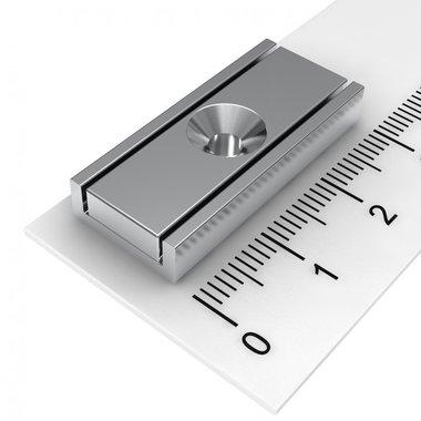 Neodymium platte blokmagneet in stalen profiel 30x13,5x5 mm met boring en verzinking
